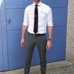 Jérémy devant une porte bleue