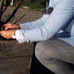 La veste en motif pied-de-poule de chez Hockerty est parfaite pour une session de jardinage